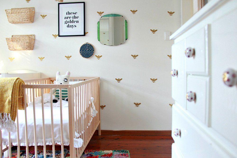 Обои с милыми золотистыми пчелами в комнате для девочки