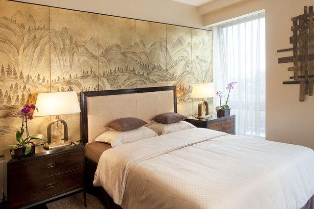 Изящные цветы, мягкий свет, японский пейзаж над изголовьем кровати создают по-настоящему умиротворяющую атмосферу