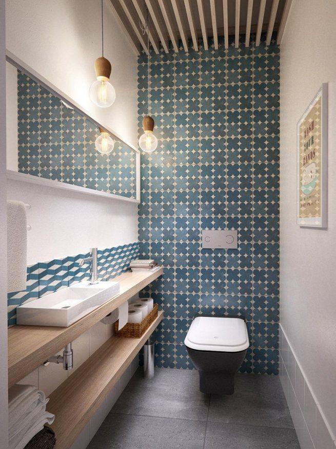 Стена туалета облицована квадратной плиткой небольшого размера