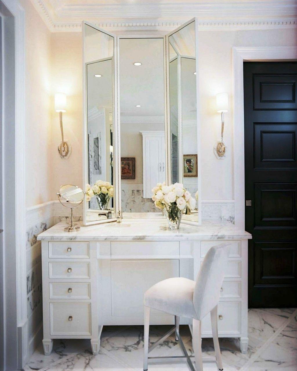 Высокое зеркало на столешнице из мрамора