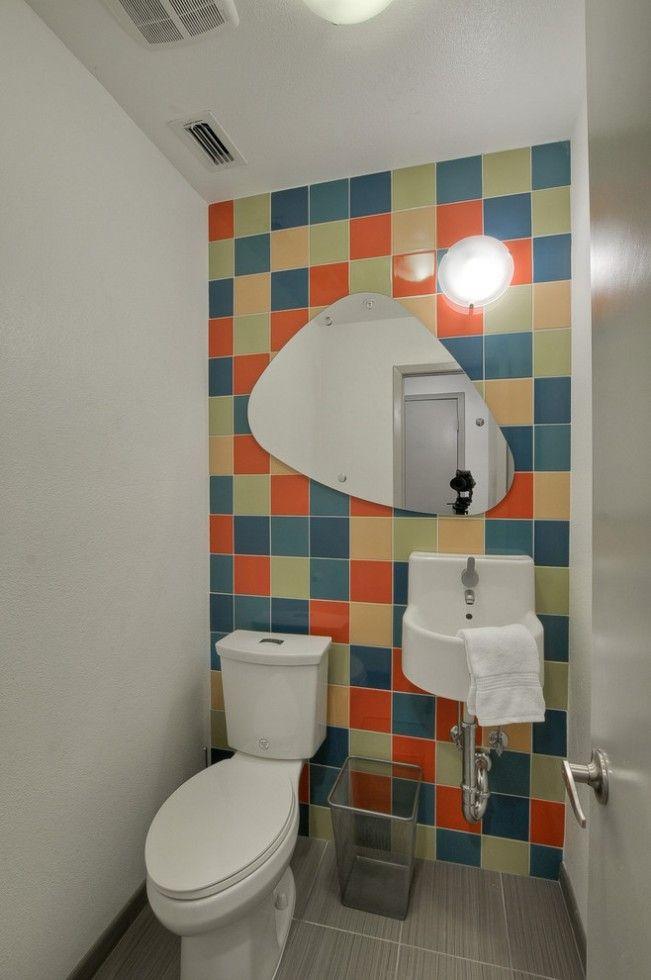 Квадратная разноцветная плитка на стене туалета