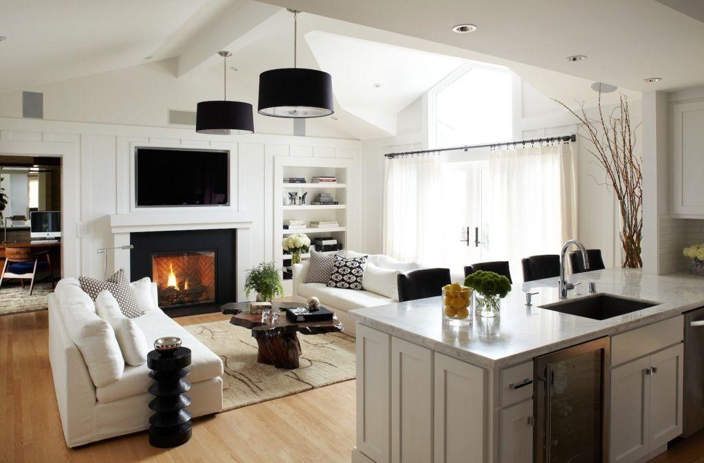 Камин-портал с телевизором, размещенным над ним - центральная композиция гостиной.