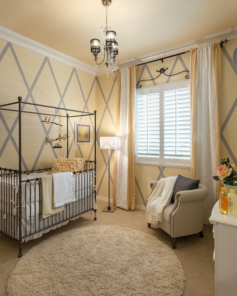 Балдахин по форме кровати имеет свои преимущества - можно завесить тканью только одну или сразу несколько сторон