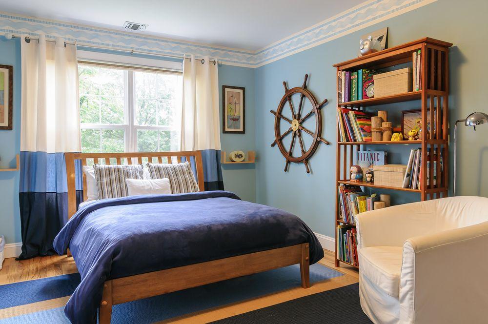 Бордюр бело-голубой расцветки выступает своеобразным связывающим звеном между голубыми стенами и белым потолком
