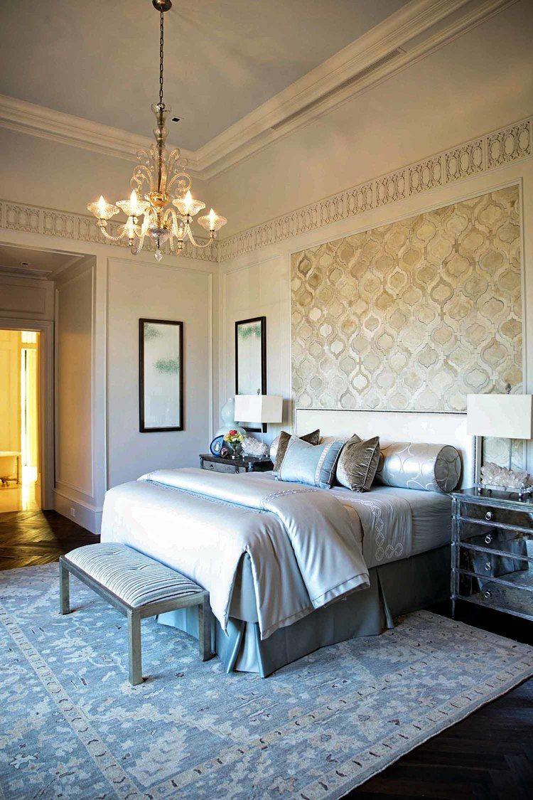 Элегантное пастельное сочетание обоев и бордюра в спальне