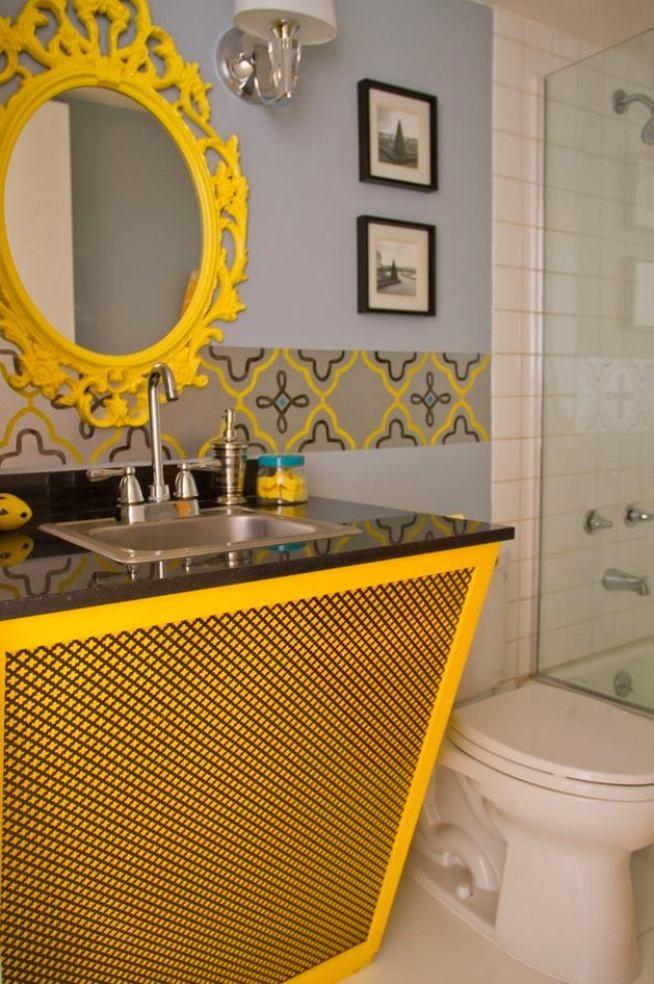 Яркий цвет бордюра перекликается с желтыми предметами мебели в ванной