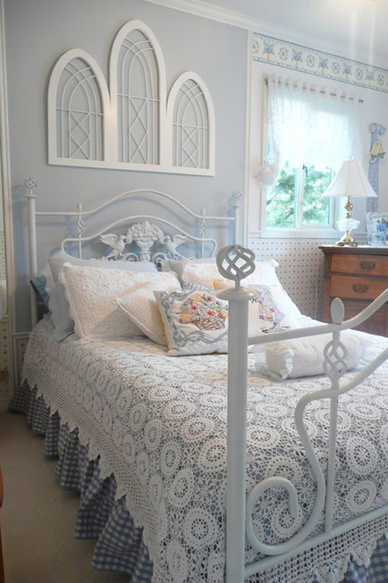 Окно в спальне визуально выделено бордюром нежной расцветки