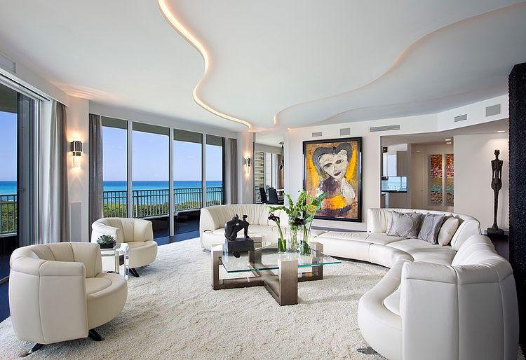 Освещение двухуровневых потолков играет декоративную роль даже при дневном освещении