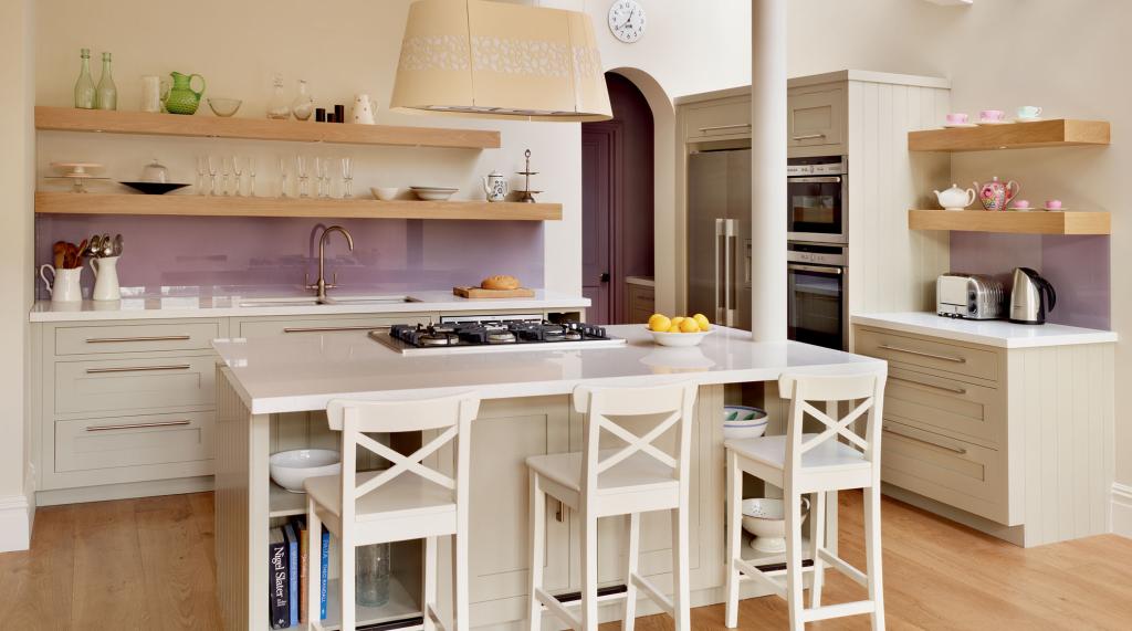 Кремово-молочную кухню можно разбавить светло-фиолетовым фартуком