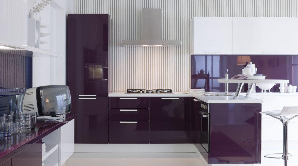 Фиолетовый оттенок чаще можно встретить в кухнях современного стиля, которому присущи глянцевые поверхности и сочные глубокие краски.