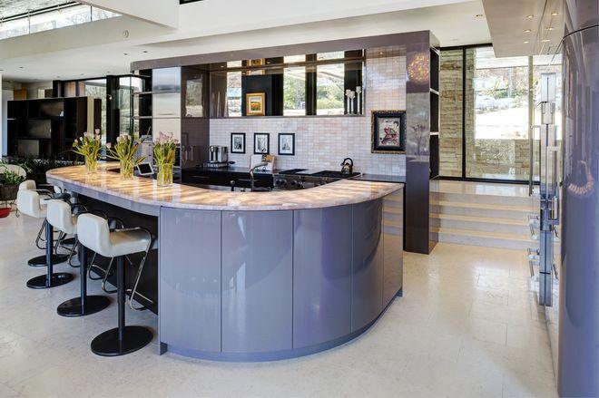 Не смотря на холодный оттенок кухонной мебели, находиться в такой кухне будет приятно и комфортно