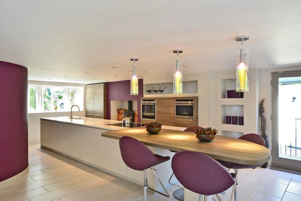 Просторная светлая кухня с акцентами теплого ежевичного цвета не оставит вас равнодушными.
