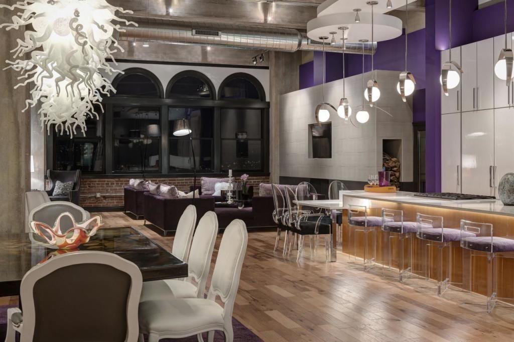 Фиолетовая стена в кухне стиля лофт стала правильным цветовым акцентом помещения.