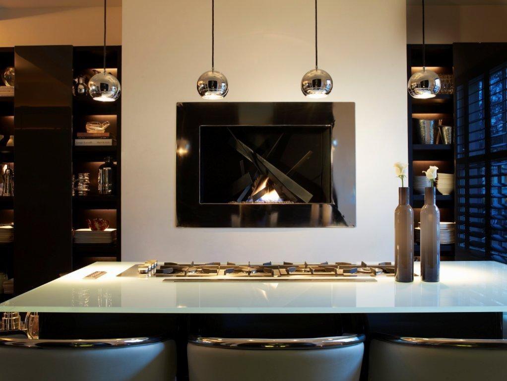 Встроенный биокамин в черной глянцевой раме - современная деталь для дизайна вашей кухни
