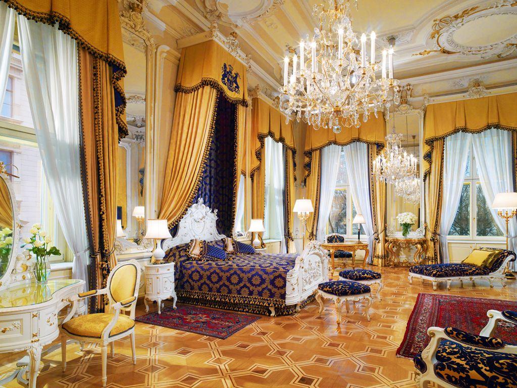 Классическая спальня с необычайно высокими потолками, украшенными лепным декором, свисающими золотистыми портьерами и стильной итальянской мебелью, словно музей во дворце – завораживает и вызывает восторг
