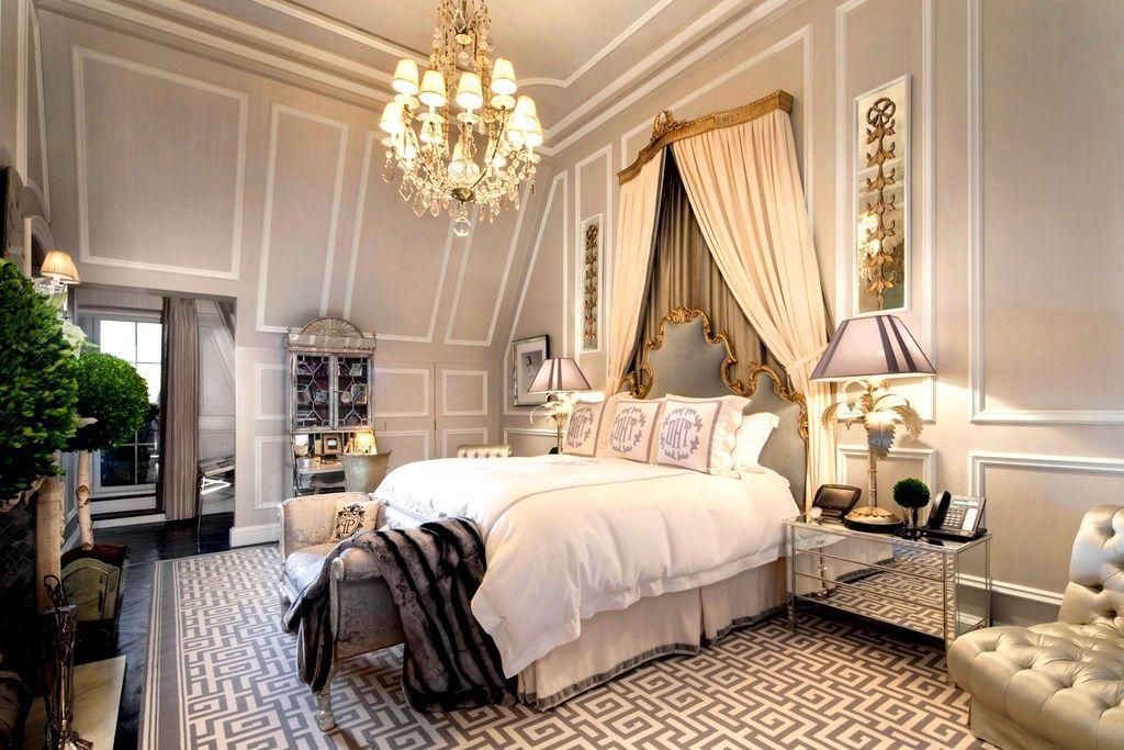 Сочетание темных и светлых цветов создаёт в комнате необычную атмосферу уюта и комфорта, а центр композиции - огромная кровать под балдахином