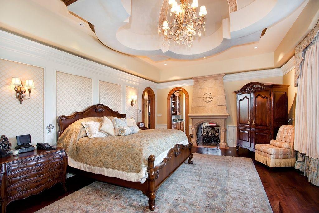 Смелый и роскошный интерьер в классическом стиле великолепно смотрится в большой спальне