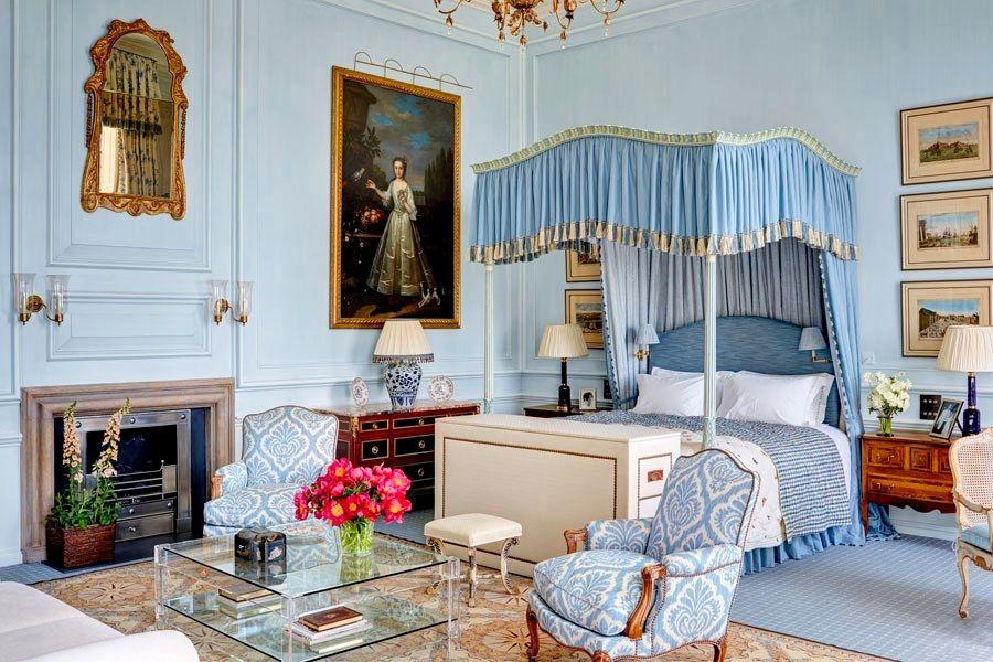 Классический дизайн спальни в голубом цвете можно описать только одним словом – роскошный