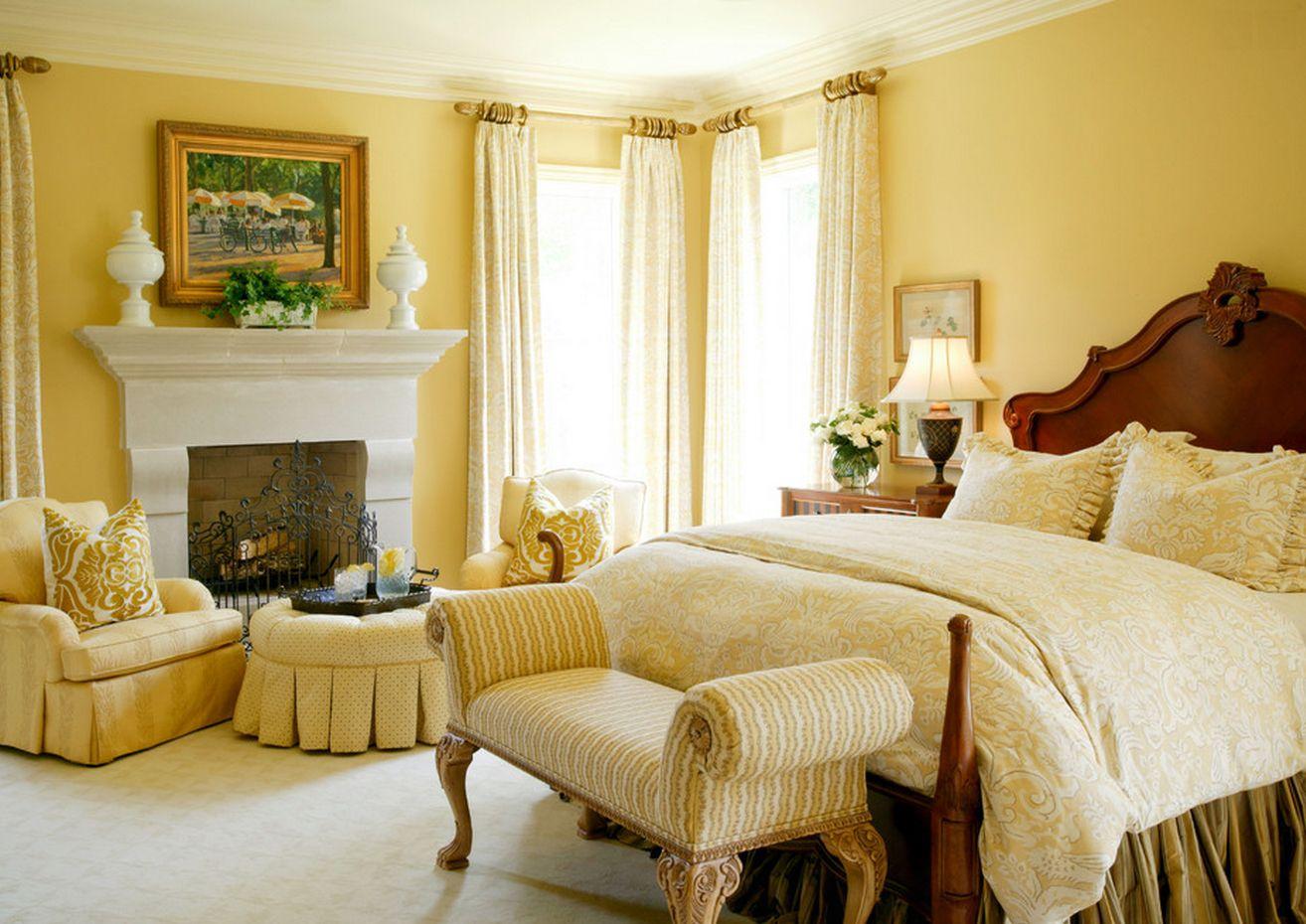 Пастельные тона комнаты располагают к спокойствию и отдыху, а декоративный белый камин подчеркивает классический стиль спальни