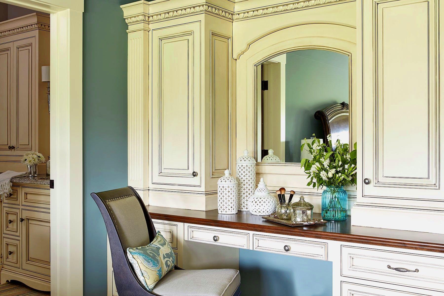 Туалетный столик с зеркалом является неотъемлемой частью интерьера спальни в классическом стиле