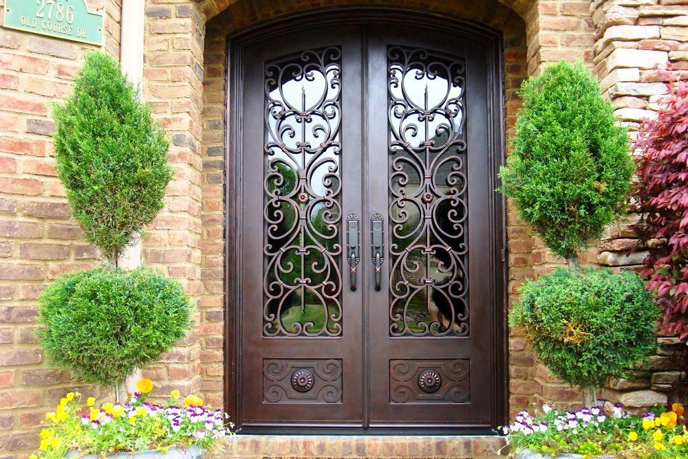 Использование сохранившихся с древних времен секретов ковки делают такие двери необыкновенно красивыми