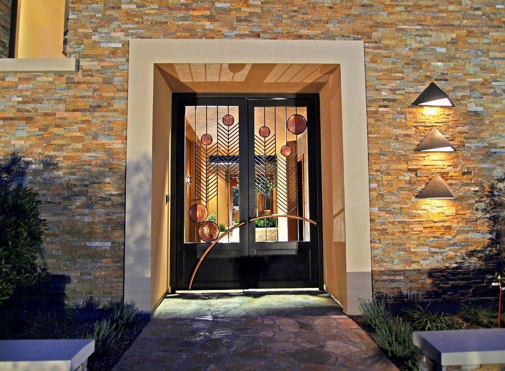 Кованая дверь является настоящим произведением современного искусства