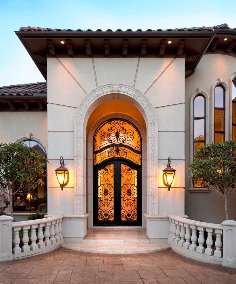 Изящества двери придают красивейшие кованые петли, декоративные ручки и кованые накладки для дверей
