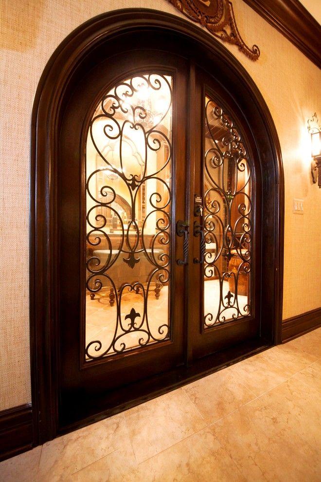 Великолепие кованой двери невольно относит память во времена благородных рыцарей и их шикарных замков