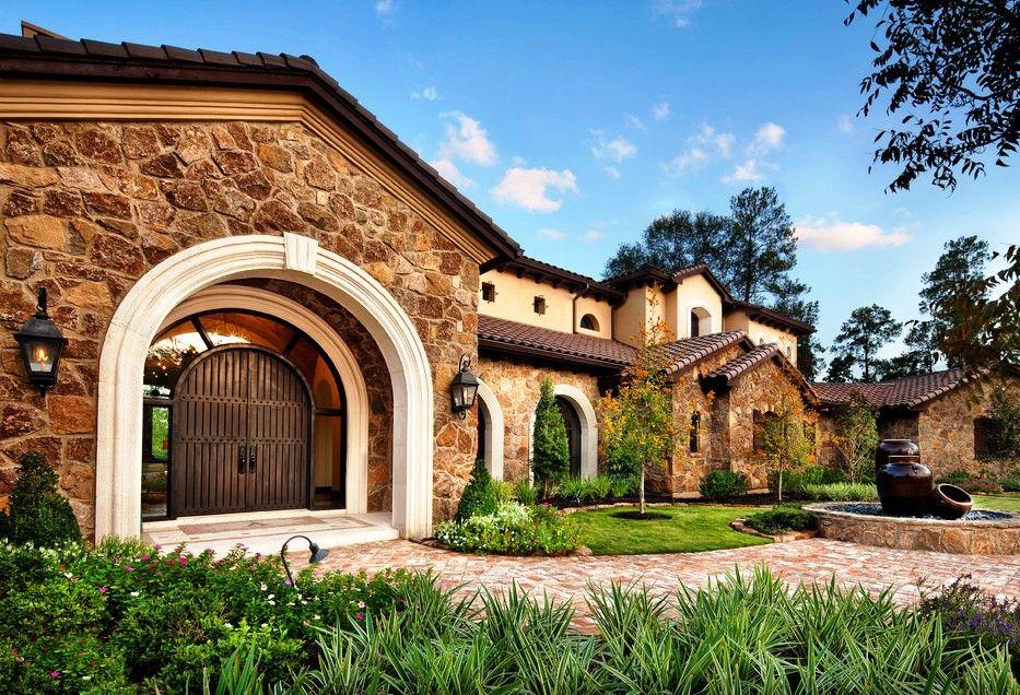 Кованая дверь прекрасно смотрится на входе дома в средиземноморском стиле