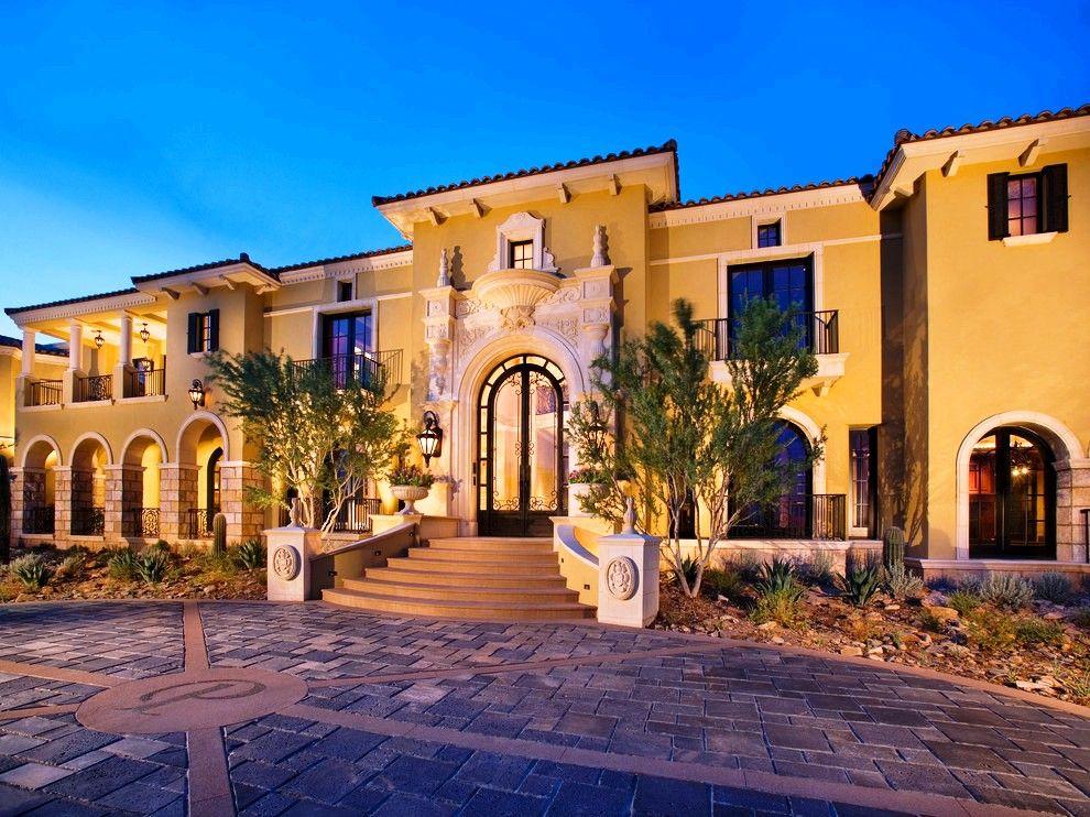 Индивидуальности строению может придать роскошная дверь из стекла окутанная кованым металлом