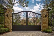 Фото 5 Кованые ворота с калиткой (35 фото): плюсы и минусы, особенности установки