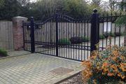 Фото 6 Кованые ворота с калиткой (35 фото): плюсы и минусы, особенности установки