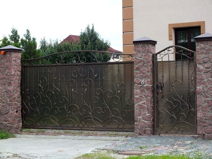Благодаря своей устойчивости и декоративности, кованые ворота являются одним из лучших вариантов из всех видов ворот