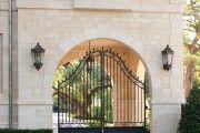 Фото 4 Кованые ворота с калиткой (35 фото): плюсы и минусы, особенности установки