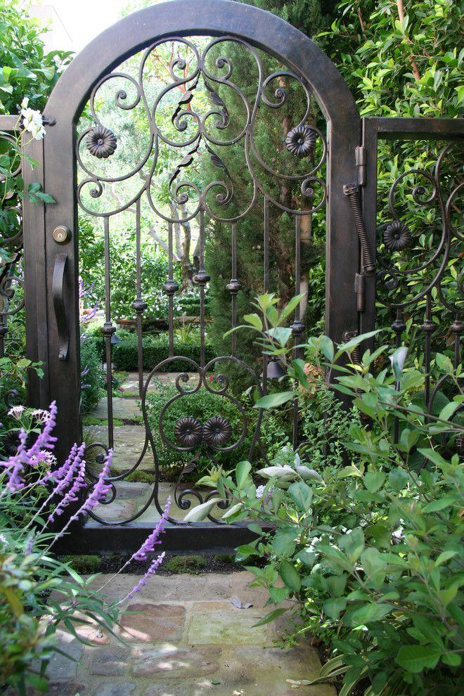 В независимости от обстоятельств кованые ворота должны быть одним из главных претендентов на установку в Вашем дворе