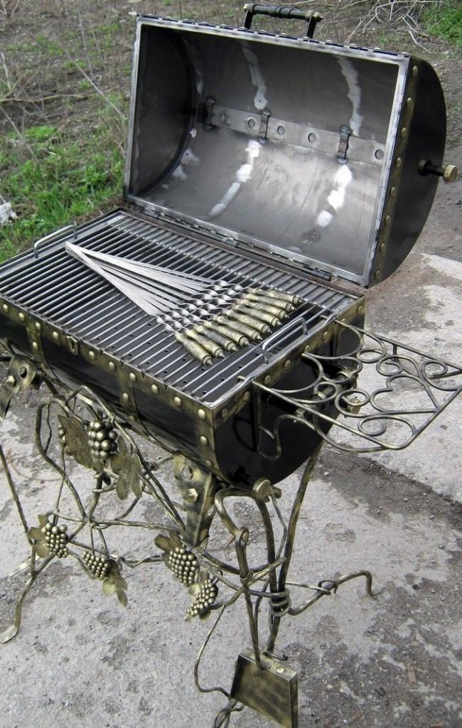 Мангал-сундук изготовлен методом сварки и ковки