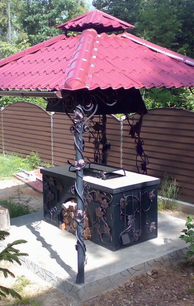 Кованые мангал и беседка — прекрасное дополнение дачного участка