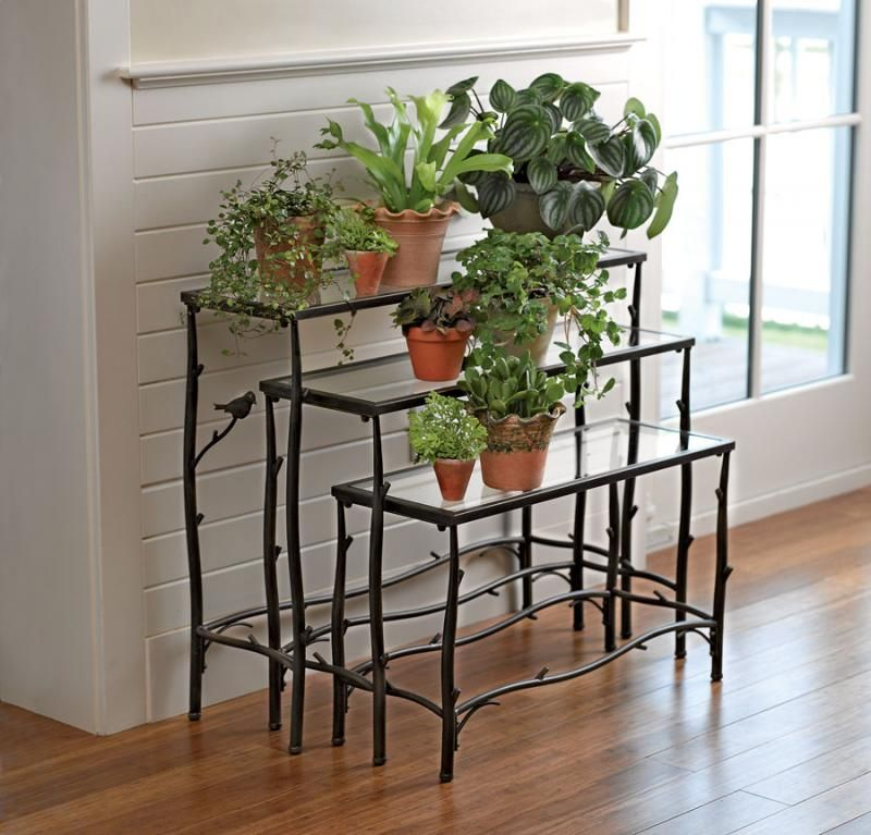 Добротная устойчивая кованая подставка для цветов