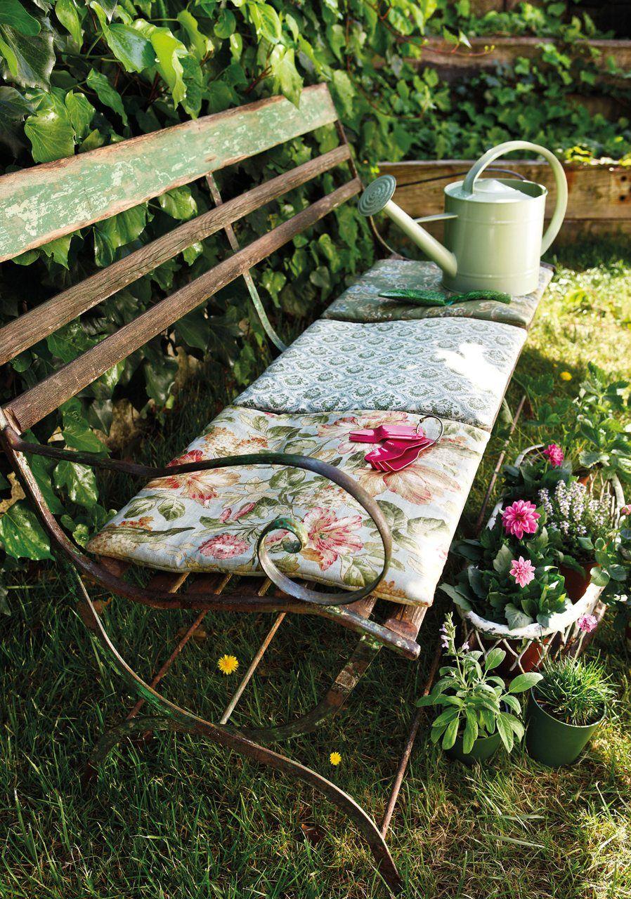 Кованая лавочка и мягкий плед - дачный уют в стиле прованс