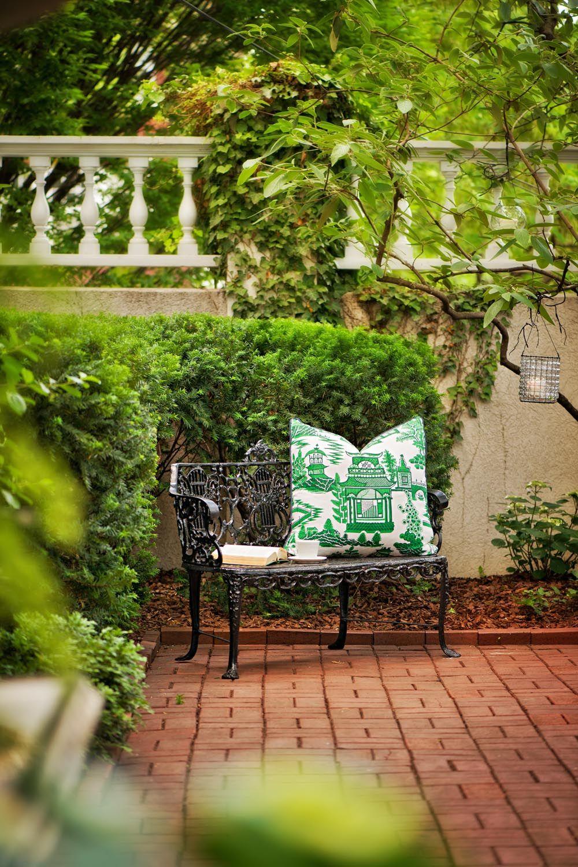 От соприкосновения с прохладным металлом кованой скамьи защитит декоративная подушка