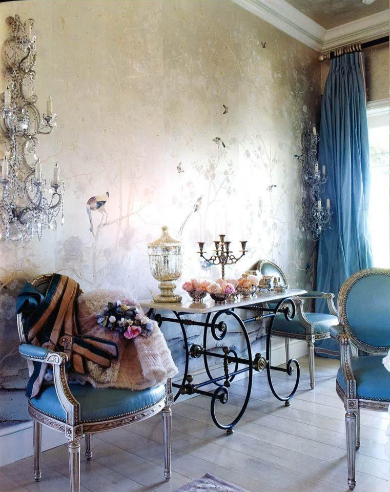 Ажурные ножки стола придают классическому интерьеру винтажный дух