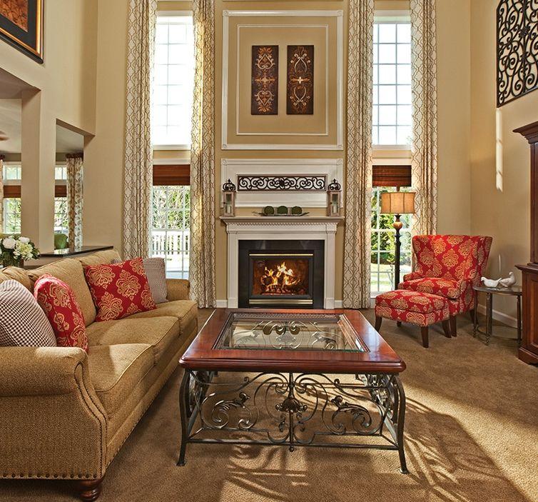 Богатое сочетание кованых ножек и столешницы из дерева и стекла для журнального столика в гостиной