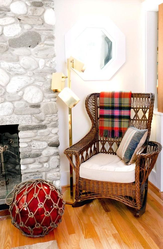 Простое плетенное кресло-качалка добавит много комфорта Вашему дому