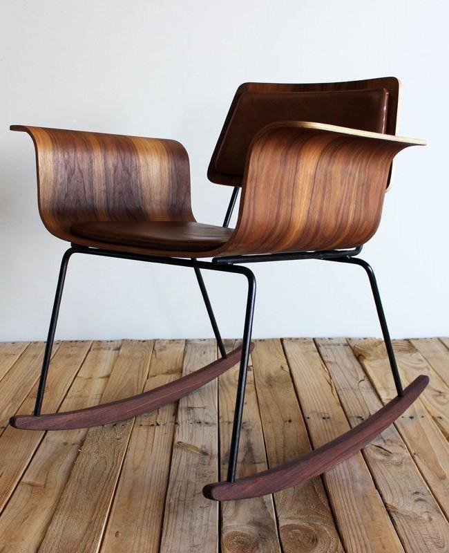 Kreslo-Дерево темных сортов и немного кожи сделают кресло-качалку интересным элементом интерьера