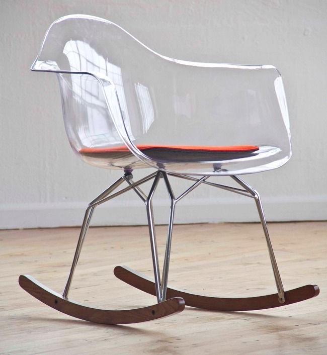 Пластиковый стул и деревянные полозья дадут в комбинации стильное и удобное кресло-качалку