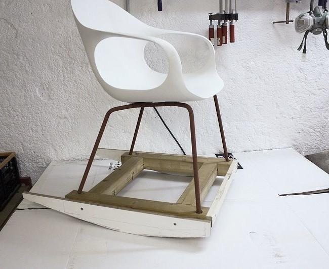 Образец кресла-качалки из обычного стула и самодельных полозьев
