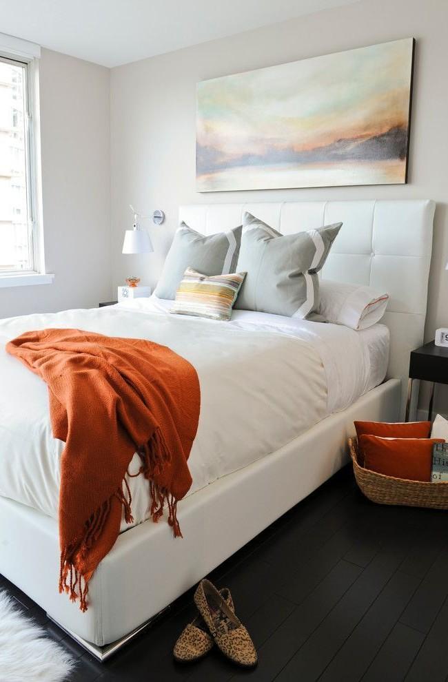 Мягкое изголовье белоснежной кровати