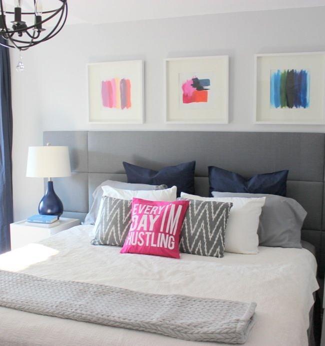 Кровать с мягким изголовьем в спальне в стиле модерн