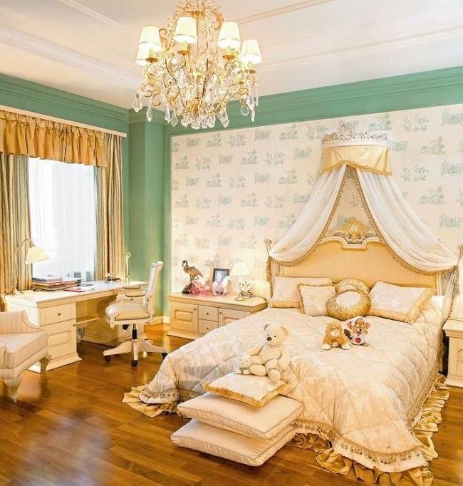 Мягкое изголовье кровати в стиле неоклассика