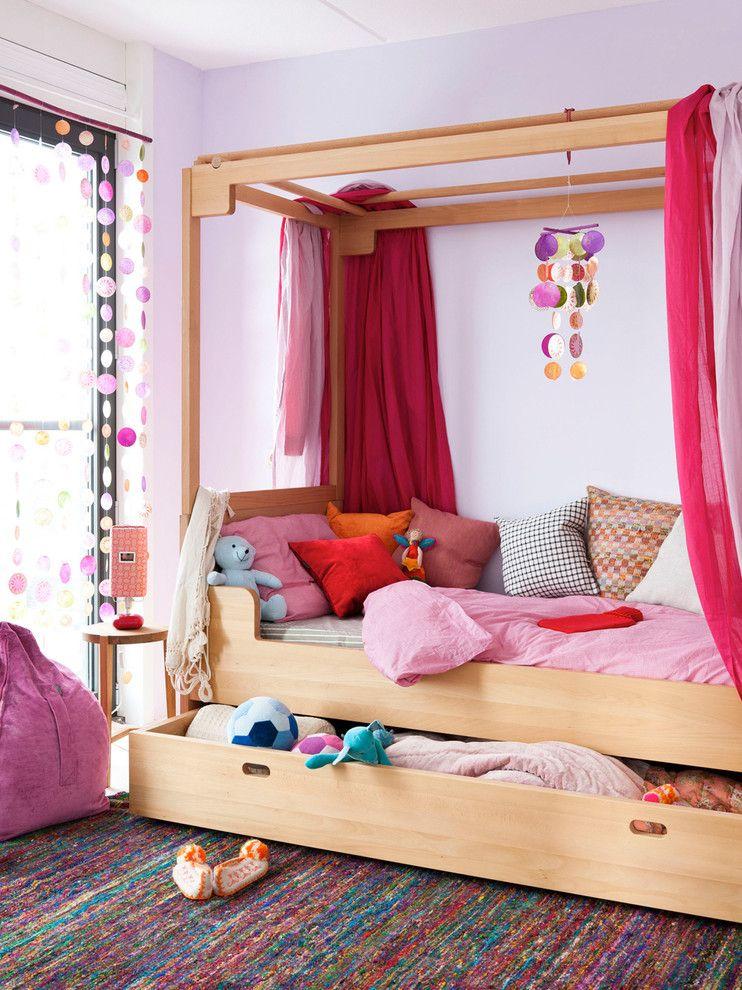 В большом ящике детской кроватки легко поместятся все игрушки и даже одёжка